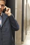 Homem de negócios Using Mobile Phone imagens de stock