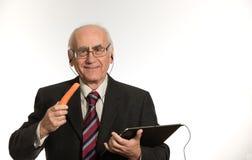 Homem de negócios velho com tablet pc imagens de stock