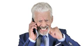 Homem de negócios velho irritado Talking no telefone, fundo branco video estoque