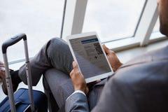 Homem de negócios Viewing Boarding Pass na sala de estar do aeroporto fotografia de stock royalty free
