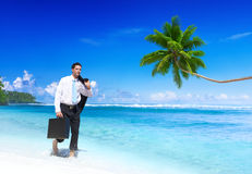 Homem de negócios Walking Along a praia tropical Fotografia de Stock