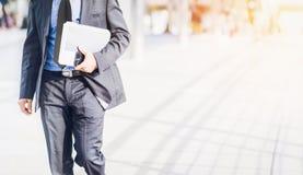 Homem de negócios Walking com pressa imagens de stock royalty free