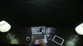 Homem de negócios Work com o laptop na obscuridade video estoque
