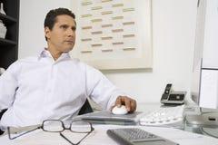 Homem de negócios Working At Desk Fotos de Stock