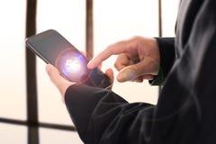 Homem de neg?cio que usa o smartphone m?vel com fluxo dos ?cones 5G na tela virtual fotos de stock