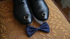Homem de neg?cio que veste-se acima com as sapatas cl?ssicas, elegantes Prepare sapatas vestindo no dia do casamento, amarrando o filme