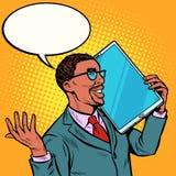Homem de neg?cios africano que fala no telefone com uma tela muito grande, tabuleta t?cnica dos dispositivos do humor ilustração do vetor