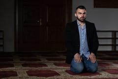Homem de neg?cios Prayer At Mosque fotografia de stock royalty free