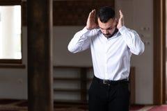 Homem de neg?cios Prayer At Mosque foto de stock