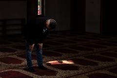 Homem de neg?cios Prayer At Mosque imagens de stock royalty free
