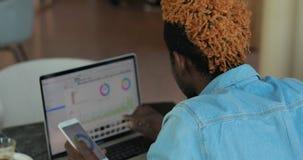 Homem de neg?cios que analisa o resultado do trabalho sua equipe, olhando gr?ficos e cartas em um monitor do port?til filme