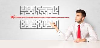 Homem de neg?cios que apresenta o labirinto imagem de stock royalty free