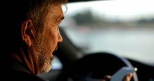 Homem de neg?cios que fala no telefone celular em um carro 4k video estoque