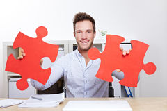 Homem de negócio com enigma de serra de vaivém Fotografia de Stock Royalty Free