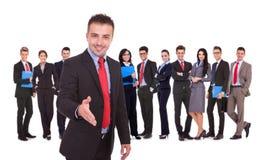 Homem de negócio com infron do gesto do aperto de mão da equipe Imagens de Stock Royalty Free
