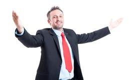 Homem de negócio com os braços abertos que olham na câmera Foto de Stock