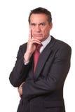 Homem de negócio irritado olhando de sobrancelhas franzidas da Idade Média no terno Fotografia de Stock