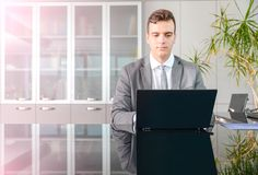 Homem de negócio na mesa do computador Imagens de Stock Royalty Free