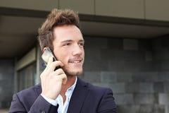 Homem de negócio que faz o atendimento de telefone da pilha Fotografia de Stock