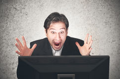 Homem de negócio que grita no computador, emoção, expressão Fotos de Stock Royalty Free