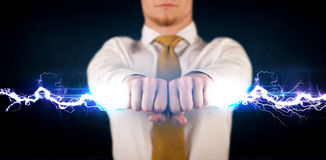 Homem de negócio que guarda o parafuso leve da eletricidade em suas mãos Fotos de Stock Royalty Free