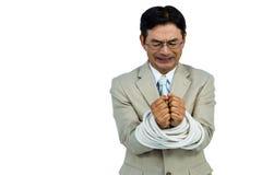 Homem de negócios asiático amarrado acima na corda Fotos de Stock Royalty Free
