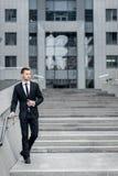 Homem de negócios bem sucedido Cheerful Young Men na fala de Formalwear Imagens de Stock Royalty Free