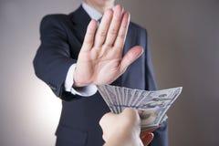 Homem de negócios com dinheiro no estúdio Conceito da corrupção Cem contas de dólar Fotografia de Stock