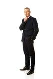 Homem de negócios completo do comprimento que gesticula o sinal silencioso Imagens de Stock Royalty Free