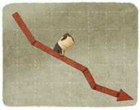 Homem de negócios da tristeza que vai para baixo em um gráfico Fotografia de Stock Royalty Free