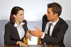 Homem de negócios e mulher na conversação no escritório Foto de Stock Royalty Free