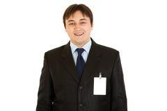 Homem de negócios elegante com o cartão em branco da identificação no revestimento Imagens de Stock Royalty Free