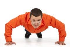 Homem de negócios engraçado que faz push-ups Imagens de Stock Royalty Free