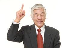 Homem de negócios japonês superior que aponta acima Fotos de Stock Royalty Free