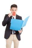 Homem de negócios latino-americano com dobrador Fotografia de Stock Royalty Free