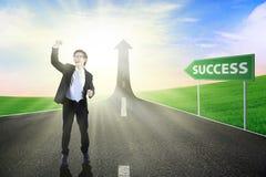 Homem de negócios na estrada ao sucesso Imagens de Stock Royalty Free