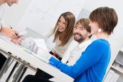 Homem de negócios novo com seus colegas de trabalho fêmeas Fotografia de Stock