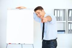 Homem de negócios novo com uma carta de aleta na apresentação Fotos de Stock