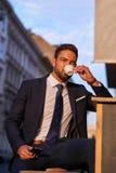 Homem de negócios novo Drinking Coffee Fotos de Stock