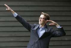 Homem de negócios novo na pose do vencedor Fotografia de Stock