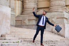 Homem de negócios novo nas escadas Foto de Stock