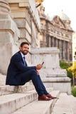Homem de negócios novo nas escadas Imagens de Stock