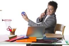 Homem de negócios ocupado que joga o basquetebol do escritório Fotos de Stock