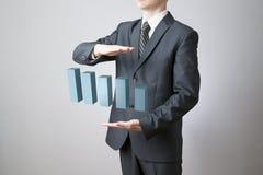 Homem de negócios que apresenta um desenvolvimento sustentável bem sucedido Fotos de Stock
