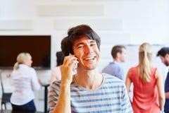 Homem de negócios que chama o telefone feliz Imagens de Stock