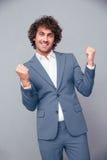 Homem de negócios que comemora seu sucesso Fotografia de Stock Royalty Free