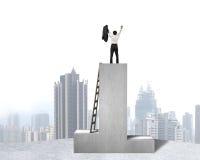 Homem de negócios que está no pódio com opinião de madeira da escada e da cidade Imagens de Stock Royalty Free