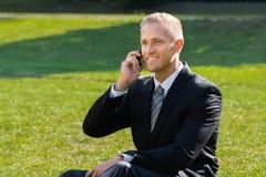 Homem de negócios que fala no telefone Fotografia de Stock