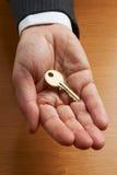 Homem de negócios que guarda a chave dourada Foto de Stock