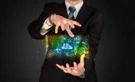 Homem de negócios que guarda a nuvem dos dados Foto de Stock